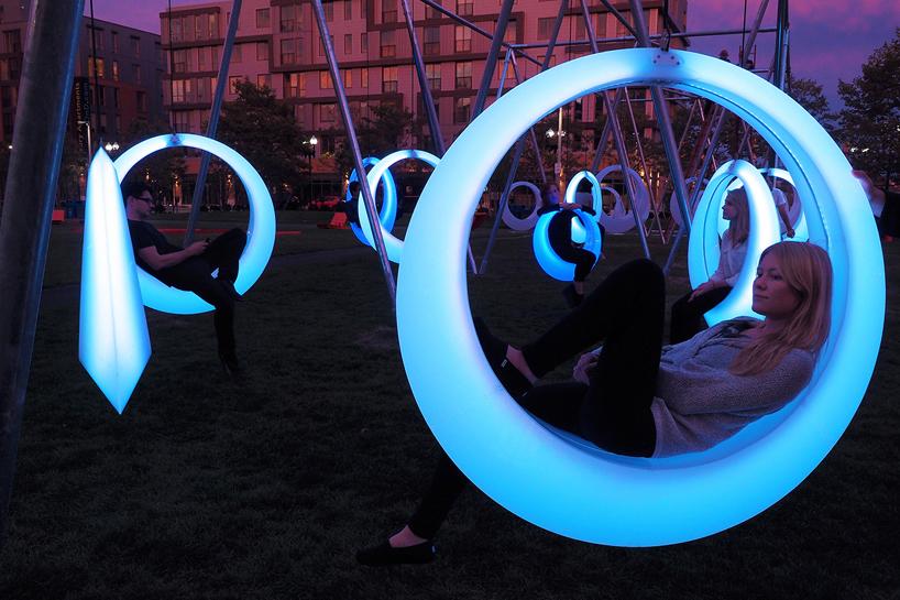 Installazione-Swing-Time-con-altalene-luminose-interattive-alboston-park-by-Howeler-and-Yoon-Architecture-ddarcart-01